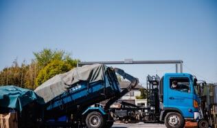 ゴミ収集車の写真