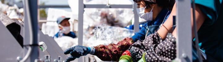 ゴミを回収している作業員達の写真